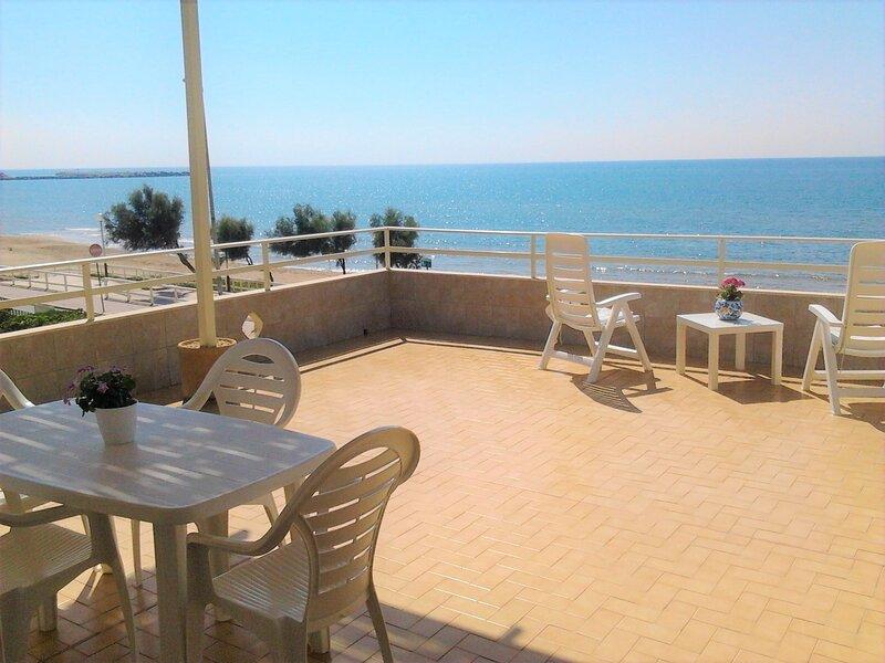 Apt with large beachfront terrace., vacation rental in Scoglitti