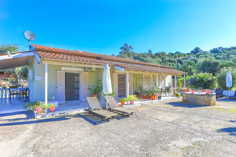 Amalia Dio (2): Corfu apartment for four, in a quiet area, air-conditioned, vacation rental in Peroulion