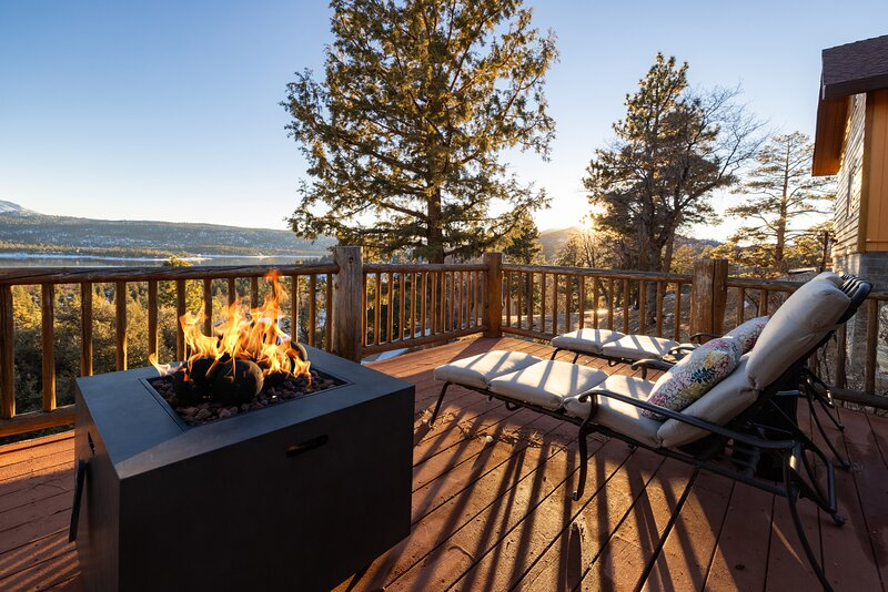 Lookout Lakeview Lofty Fawnskin Chalet / Minutes To Village & Ski Resorts, vacation rental in Lucerne Valley