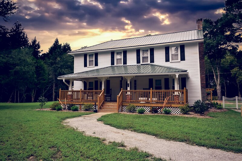 Byrne's Mill Place - Farmhouse Bed & Breakfast, casa vacanza a Fayetteville