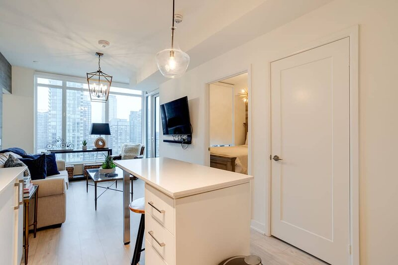 2BR Homey Condo Steps away to Rogers Ctr with Waterview, holiday rental in Toronto