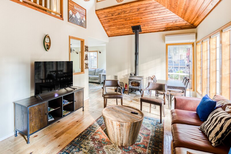 Adorable Woodsy Home Near Mt Hood W/ Free WiFi, Full Kitchen & Back Patio!, holiday rental in Zigzag