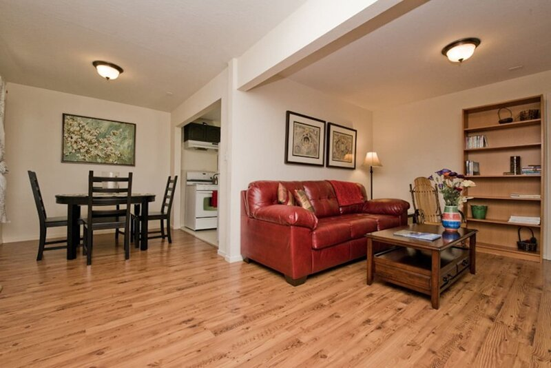 Welcome to your family-sized sunny garden apartment., holiday rental in Emeryville