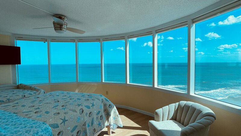 Spectacular Ocean View and Bright Beach Condo, holiday rental in Daytona Beach