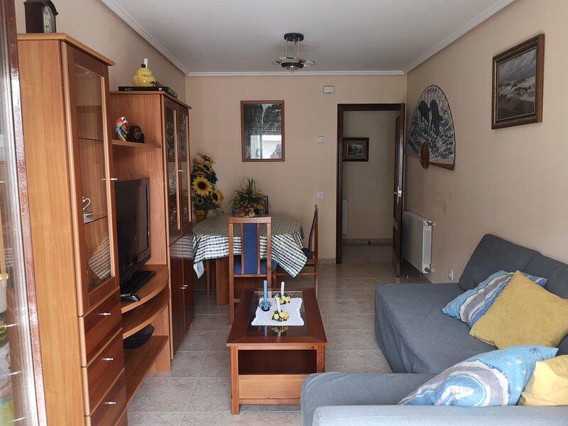 Precioso apartamento  exterior y soleado situado a 100m de la Playa de RIS, Noja, holiday rental in Cantabria