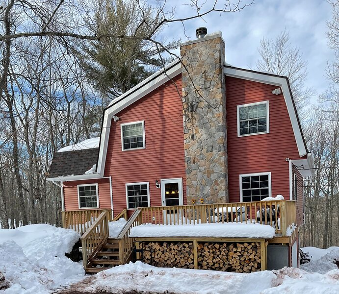 Masthope Ski In Ski Out, Totally Renovated, Gorgeous Views, Private cul-de-sac, vacation rental in Narrowsburg