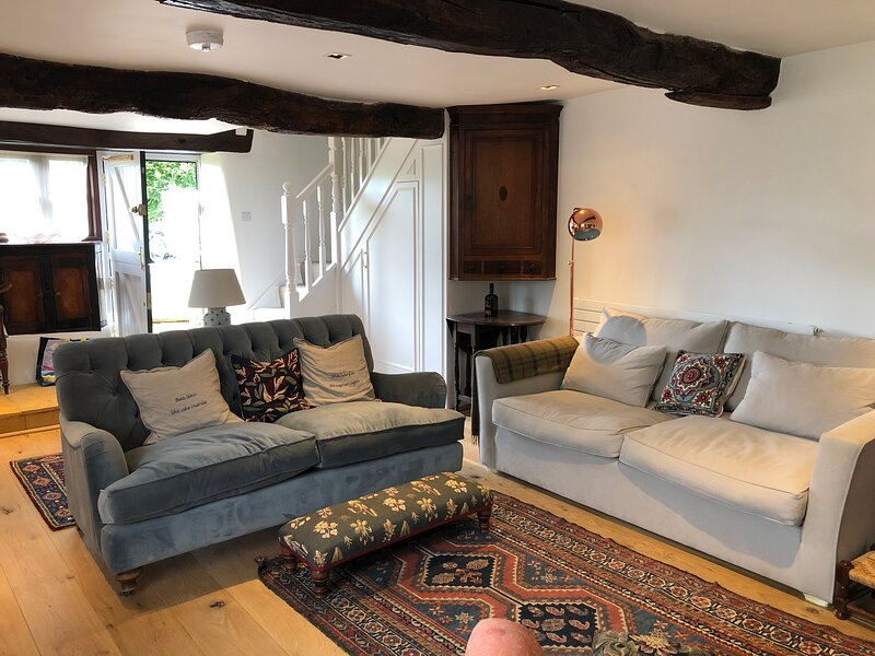 Characterful, cosy cottage with stunning views across the Slad Valley, location de vacances à Bisley