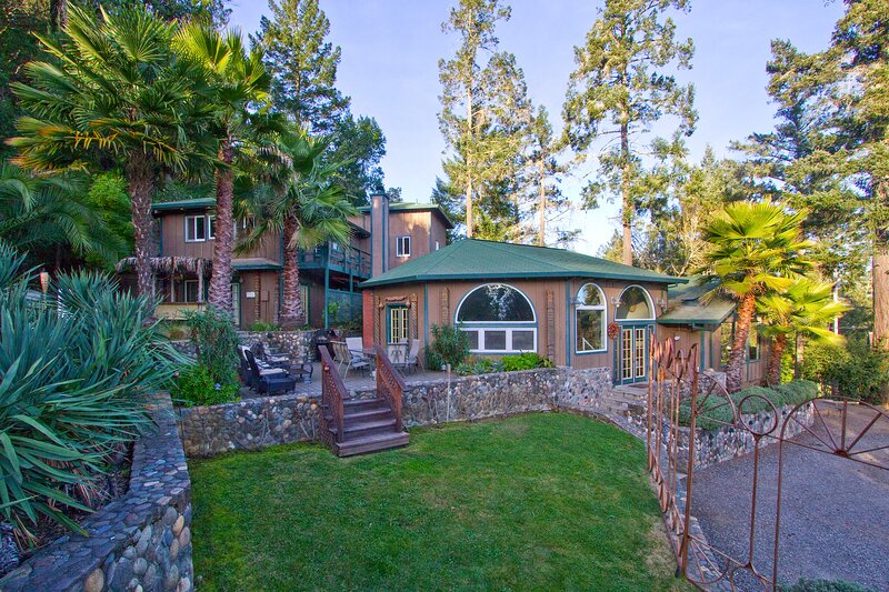 Alexander Valley Lodge on 54 acres with Pool and Hot Tub, casa vacanza a Cobb