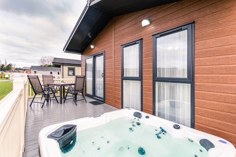 Woodpecker Lodge with Hot Tub, holiday rental in Millington