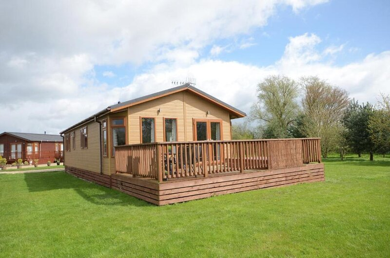 Kingfisher Lodge with Hot Tub, vacation rental in Burythorpe