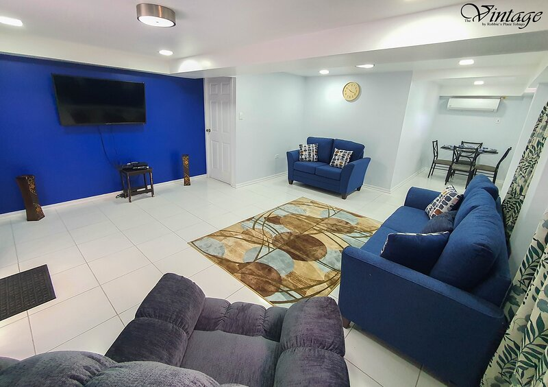 Beautiful Modern 2BR Condo With Full Amenities, alquiler de vacaciones en Arnos Vale
