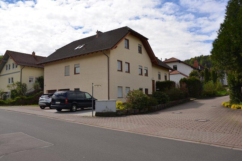Charming 2-Bed Apartment in Kindsbach, location de vacances à Kindsbach