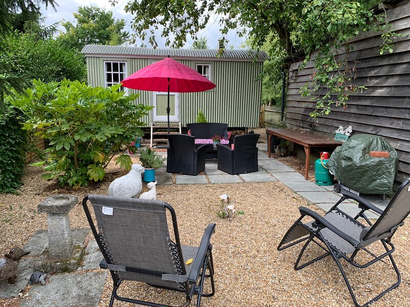 Lovely, Isolated Self-Catering Shepherds Hut, holiday rental in Fittleworth