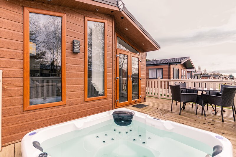Juniper Lodge with Hot Tub, holiday rental in Millington