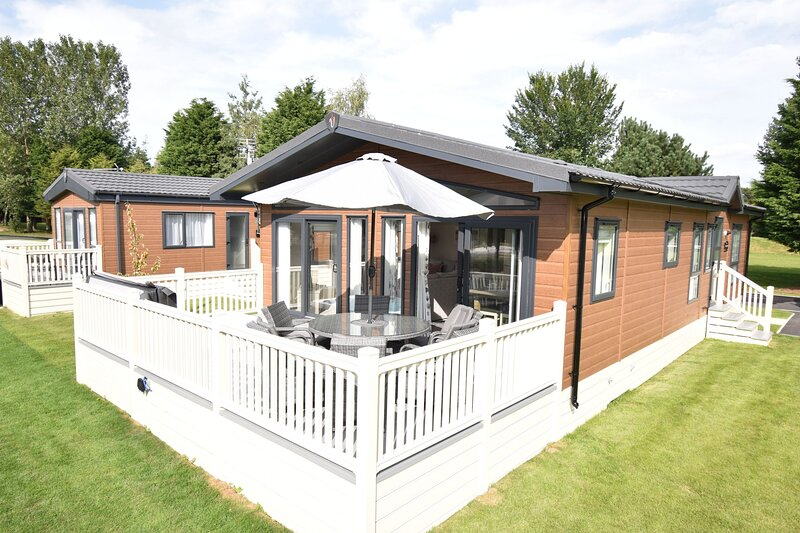 Crucible Lodge with Hot Tub, holiday rental in Millington