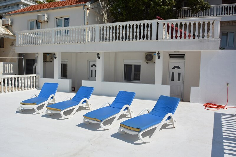 Lovely 2-Bed House in Sutomore, holiday rental in Canj