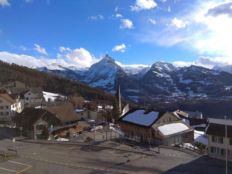 Dachwohnung mit wunderbarer Aussicht auf die Berge, aluguéis de temporada em Muhlehorn