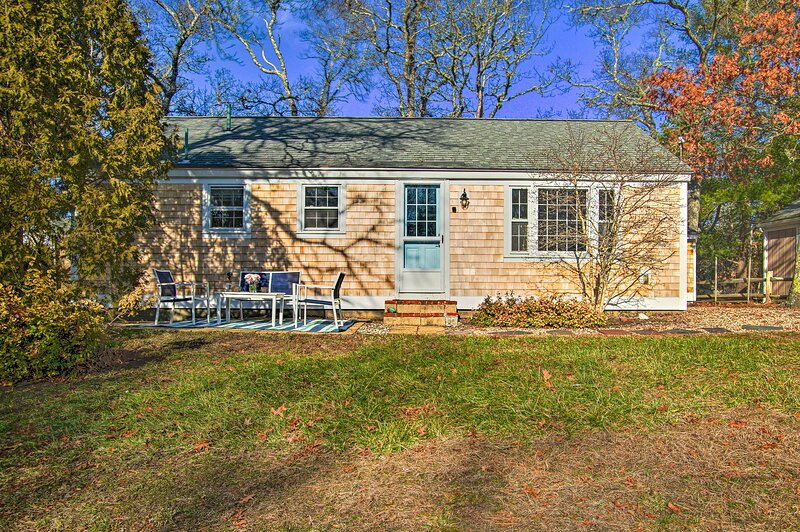 NEW! Charming Cape Cottage w/ Patio: 4 Mi to Beach, vacation rental in South Dennis