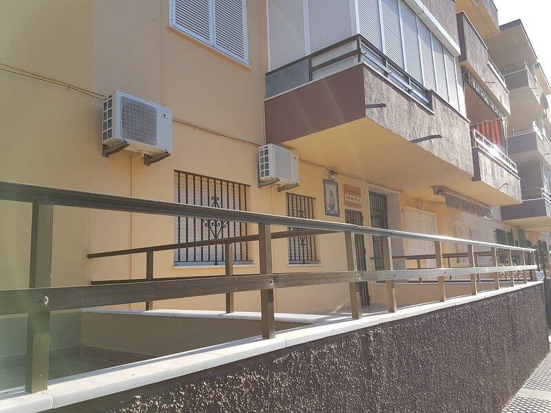 BAJO EN PRIMERA LINEA DE PLAYA DE REGLA  CHIPIONA, alquiler de vacaciones en Chipiona