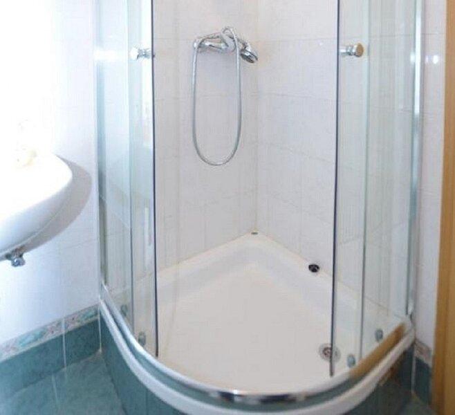 A2(4+1) Prvi kat: bathroom with toilet