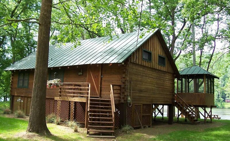 Shenandoah Shores Riverfront Log Cabin, holiday rental in Bentonville