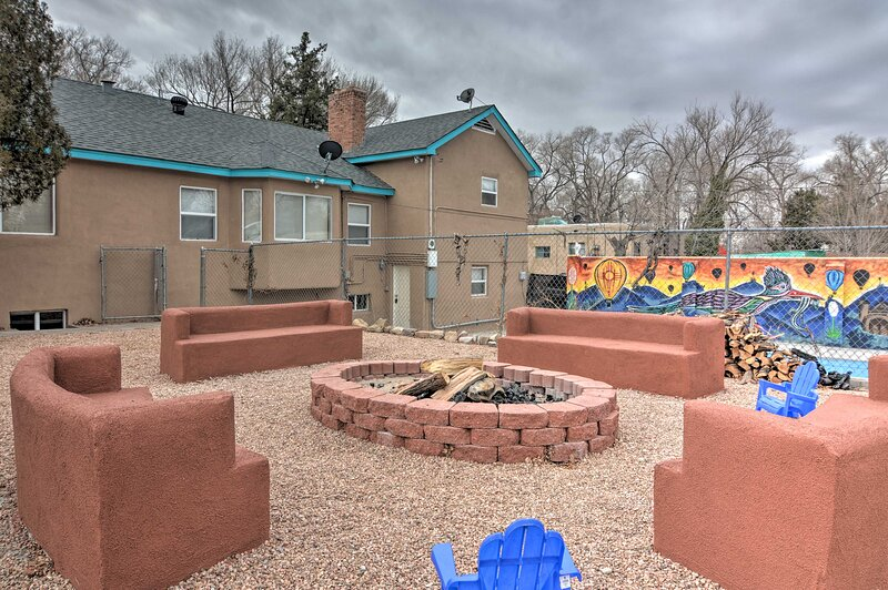 Central Albuquerque Apt w/ Shared Pool & Fire Pit!, holiday rental in Los Lunas