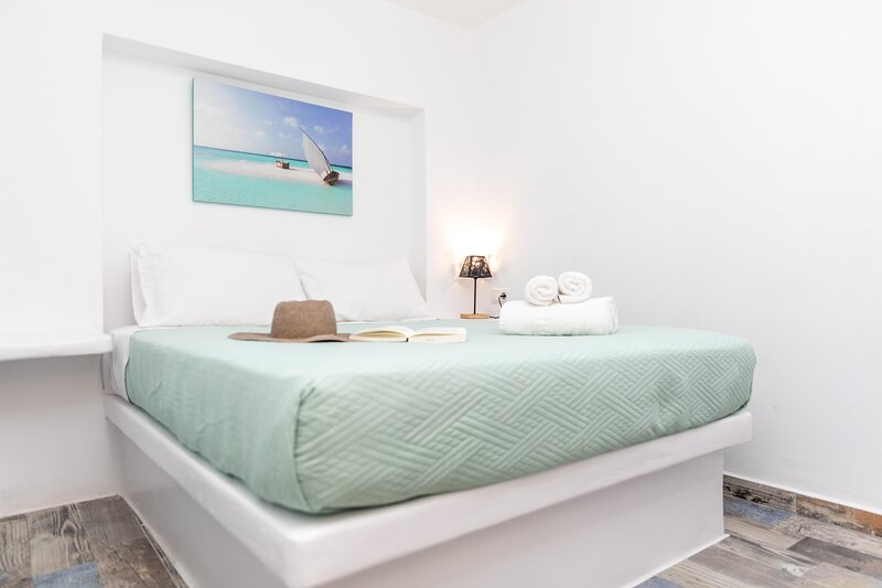 SUPERIOR TRIPLE STUDIO IN NAXOS TOWN, holiday rental in Koronos