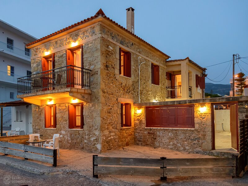 Beachfront Stone-built Luxury Fully Equipped Villa, location de vacances à Avia