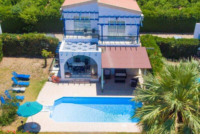 Argaka Sun Villa Thio: Large Private Pool, Walk to Beach, Sea Views, A/C, WiFi, vacation rental in Limni