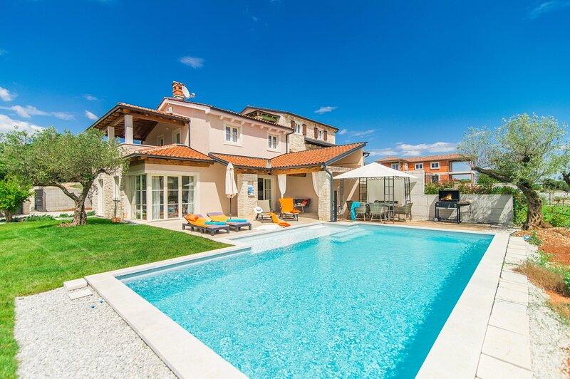 Villa Nar with wonderful panoramic view of the west coast of Istria and the sea, aluguéis de temporada em Kruncici
