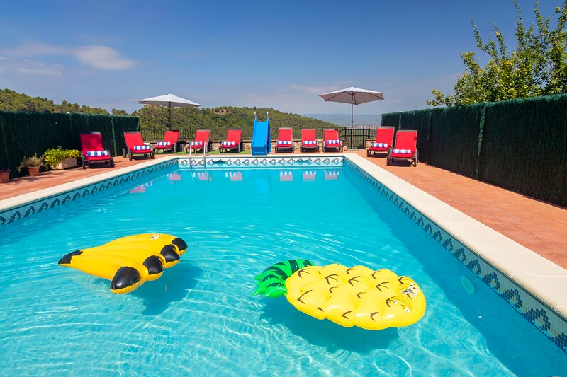 8/10 Sleeps private pool villa near Barcelona, vacation rental in Castellar del Valles