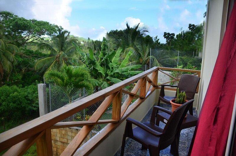 Private terrace with sea view - Apartment number 2 in Villa Coconut, location de vacances à Santa Barbara de Samana