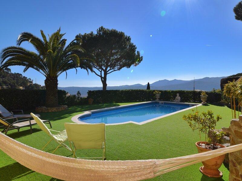 VILLA WITH PRIVATE POOL WITH VIEW TO THE WALLEY, holiday rental in Romanya de la Selva