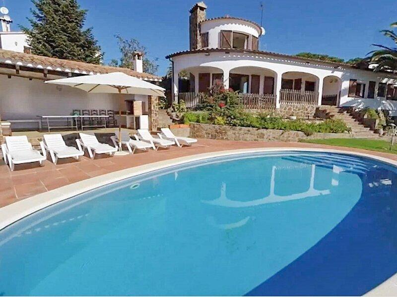 VILLA SANTET, PRIVATE POOL, BIG GARDEN, WIFI, holiday rental in Cruilles