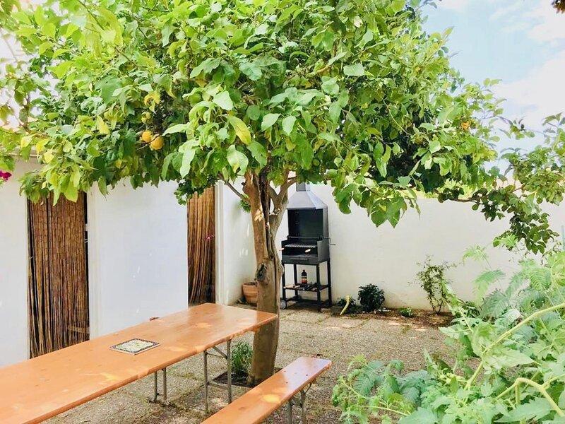 VILLA XALOC FOR 4 PEOPLE, WITH PATIO, casa vacanza a Sant Feliu de Boada