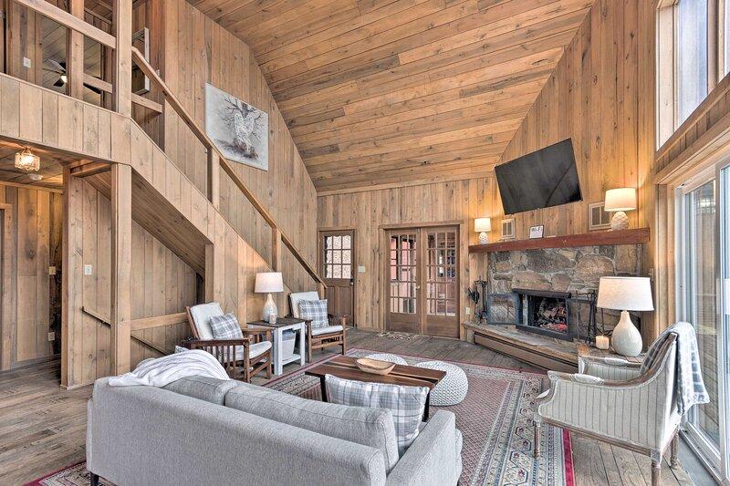 NEW! Secluded Mountaintop Escape w/ Deck + Hot Tub, location de vacances à Barnardsville