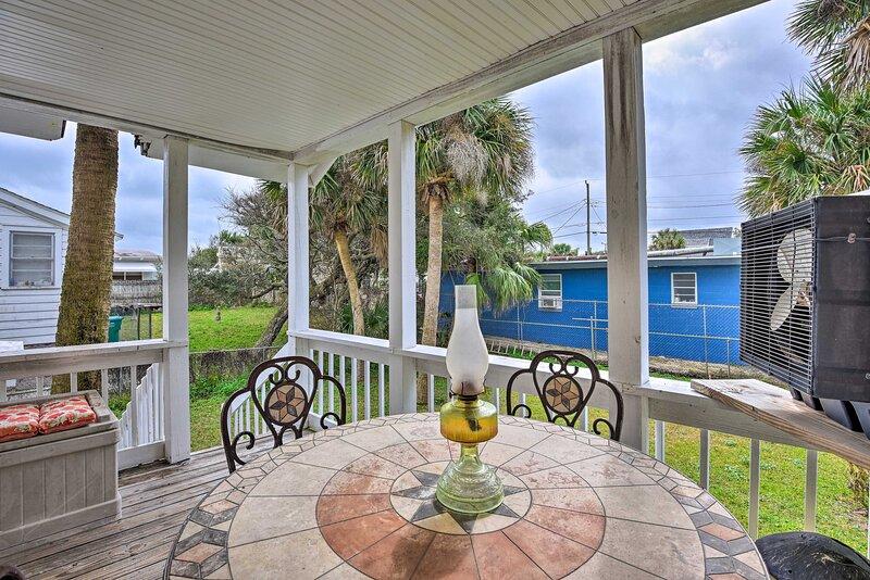 NEW! Cozy Coastal Escape w/ Yard, 1 Block to Beach, casa vacanza a South Daytona
