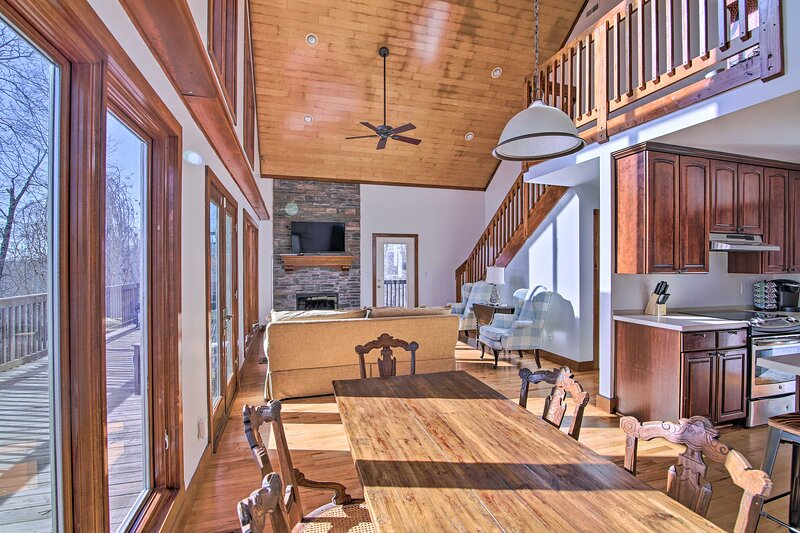 NEW! Secluded Hilltop Getaway w/ Deck + Views!, holiday rental in Spring Hill
