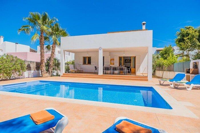 Punta des Port B13, 10 persons villa with private pool, 350 m. from the beach, location de vacances à Cala Mondrago