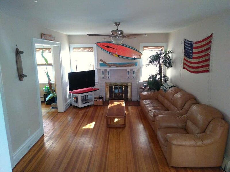 NYC SURFHOUSE...Perfectly Located!, casa vacanza a Rockaway Park