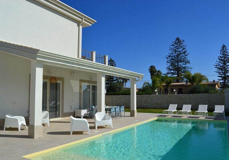 VILLA SICILIA PRIVATE POOL ON THE WHITE SANDY BEACH, holiday rental in Fontane Bianche