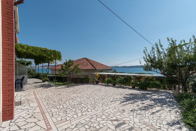 Vin - 40 m from sea: A1 (4+1) - Seget Donji, vacation rental in Donji Seget