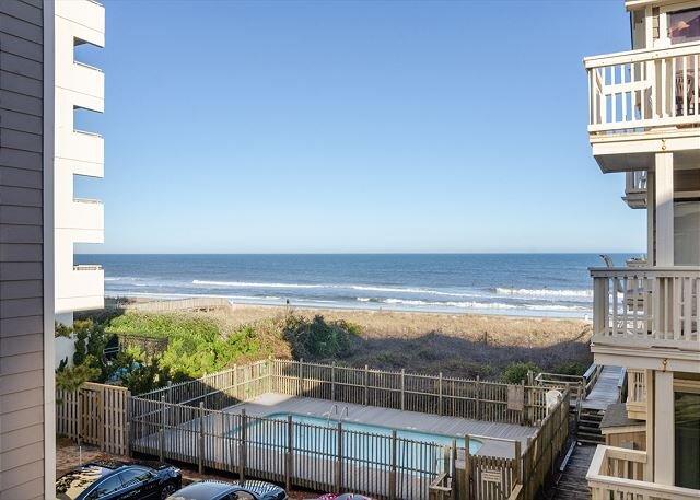Cute oceanfront 2 bedroom with a pool!, location de vacances à Carolina Beach