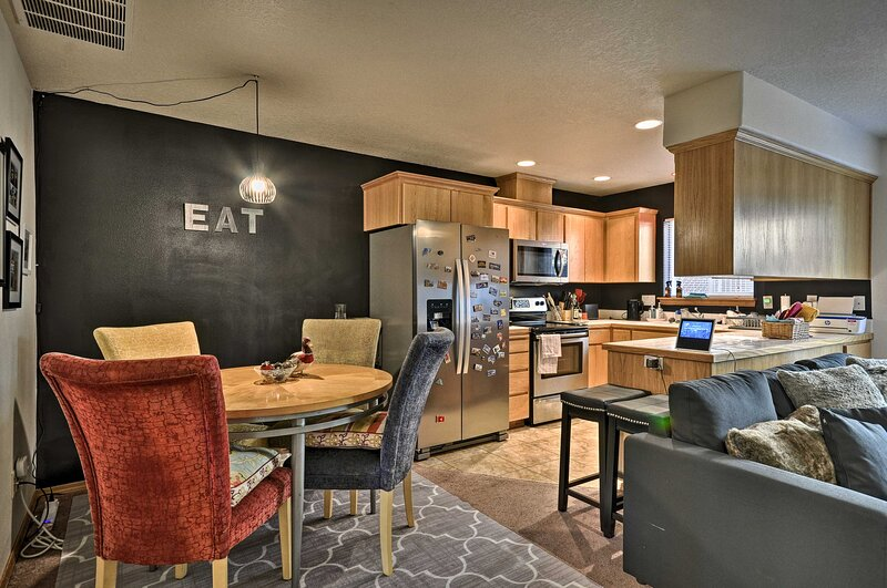NEW! Relaxing Townhome w/ Patio: 25 Mi to Portland, location de vacances à Banks