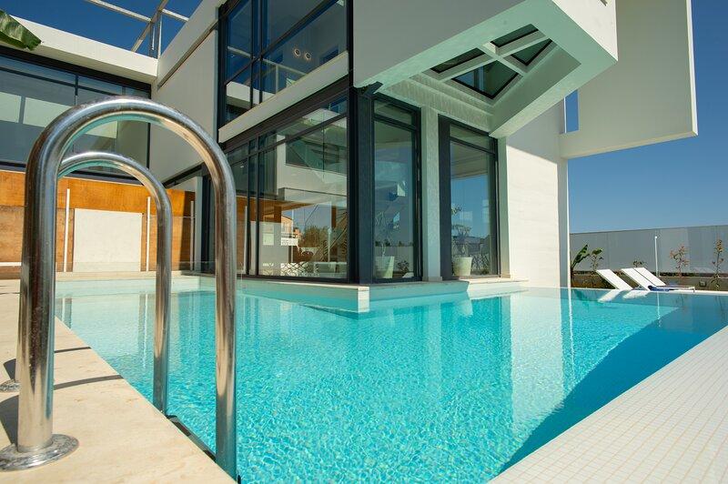 NRG Villa-Unique Architecture-5' on foot from beach, alquiler vacacional en Agii Apostoli
