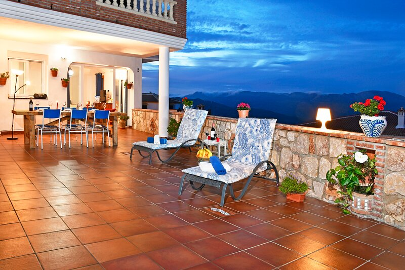 BEAUTIFUL APT, WIFI, SLPS 6, HUGE TERRACE, AMAZING VIEWS,VOTED MAGICAL OF SPAIN!, holiday rental in El Borge
