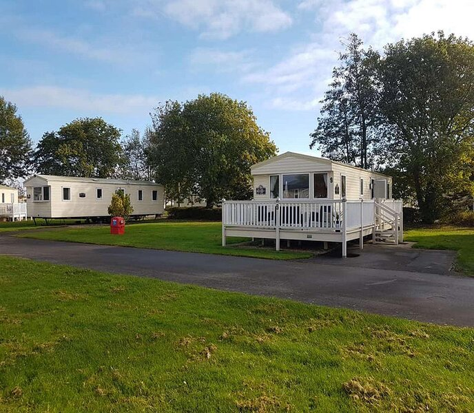 Superb 3 bed, 8 berth caravan with decking in Lincolnshire, ref 54009CB, holiday rental in North Thoresby