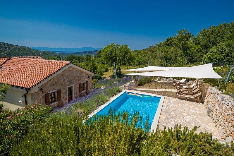 Villa Vallis mit abgeschlossenem Garten, Pool, Kamin, Außenküche u. Bergpanorama, holiday rental in Bribir