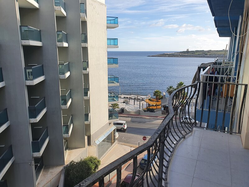 Cosy 2 Bedroom Apartment 30 metres to the Seafront, holiday rental in Qawra