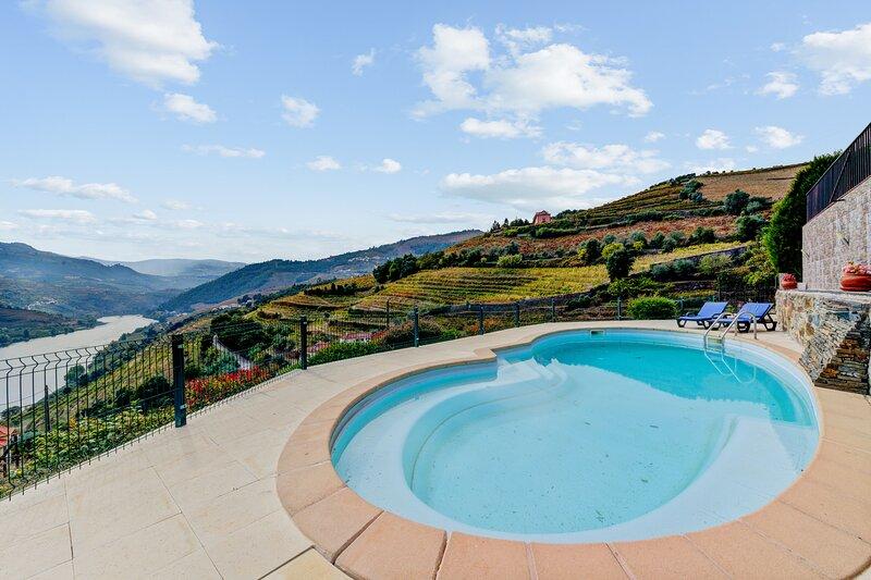 Amazing villa with swimming-pool, holiday rental in Santa Marta de Penaguiao